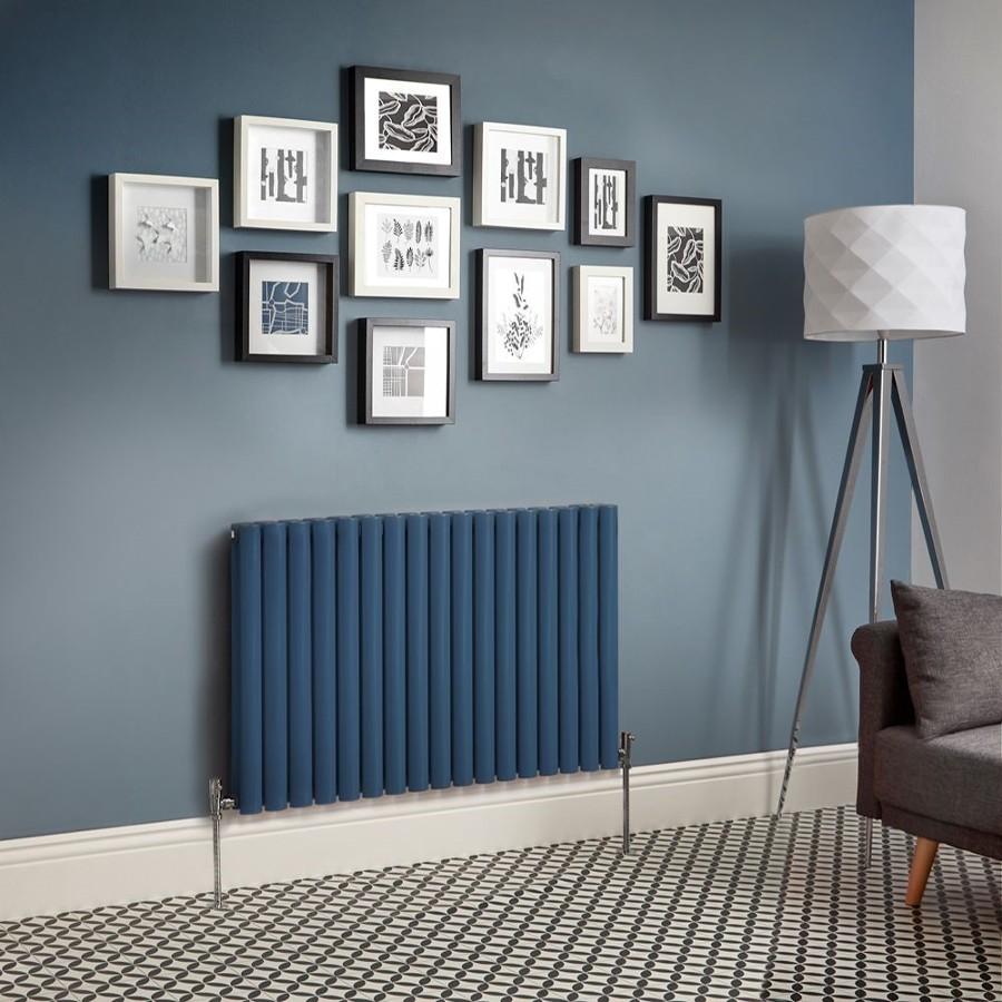 Salón con radiador horizontal en azul