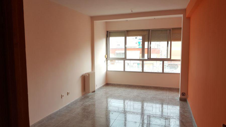 Salón con radiador lacado en color igual a la pared
