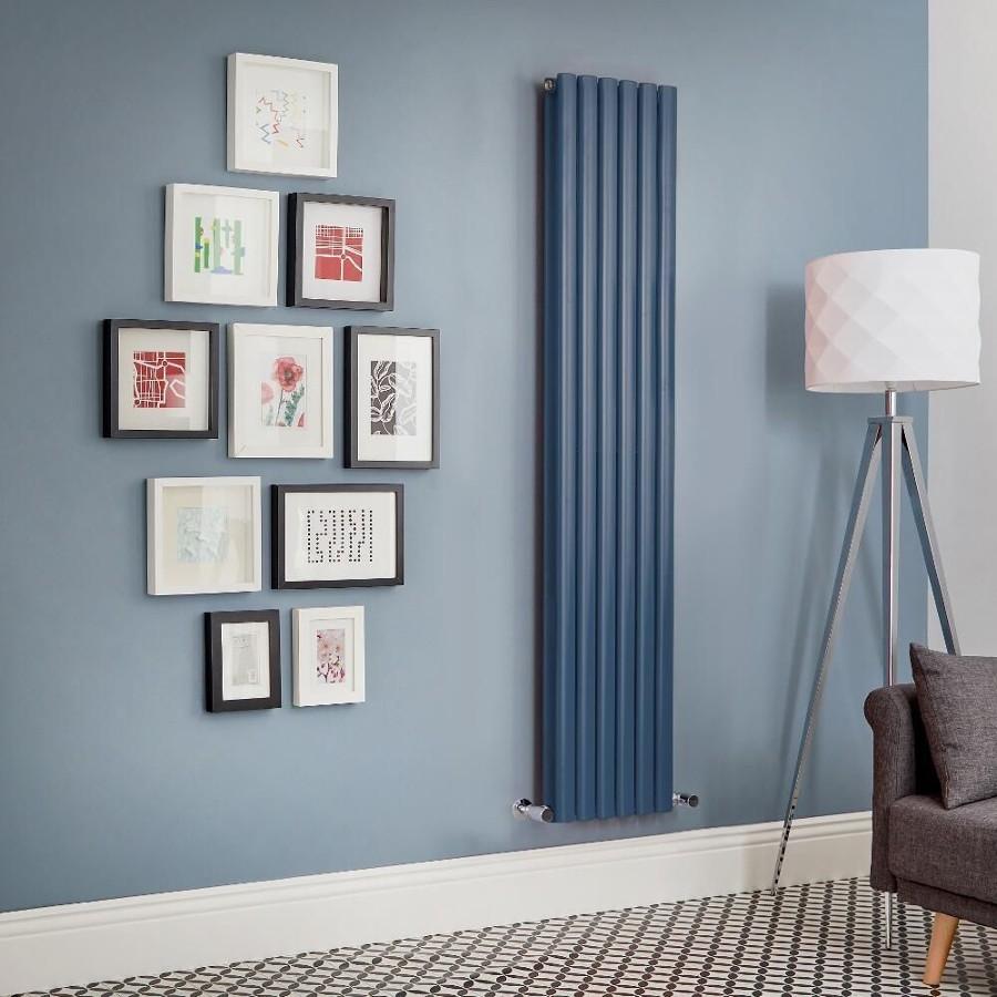 Salón con radiador vertical en azul