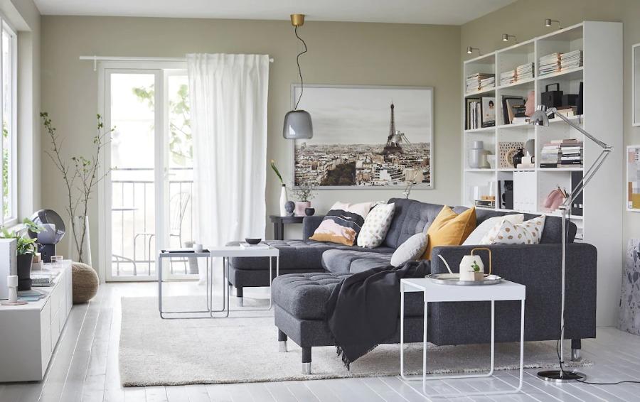 Salón con sofá con chaiselongue