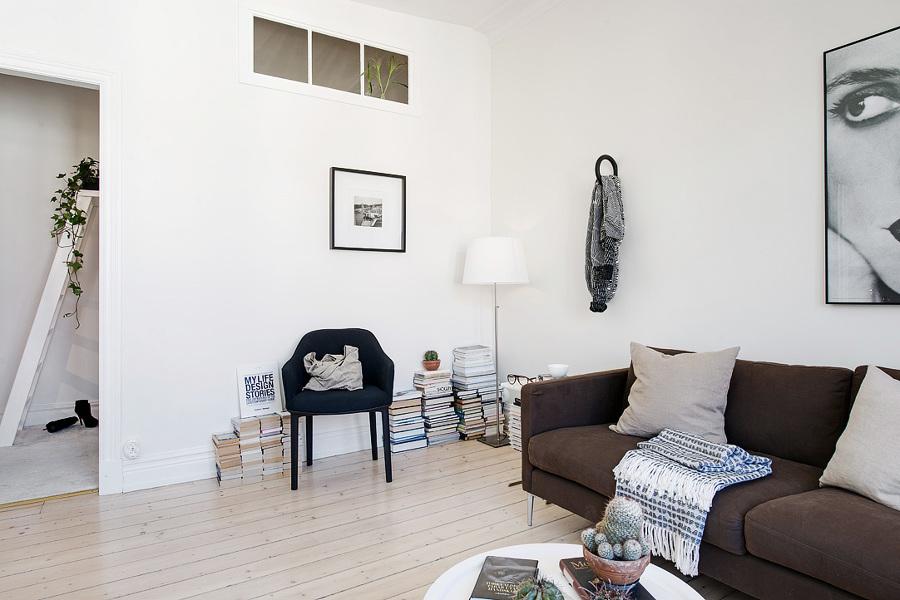Salón con sofá gris