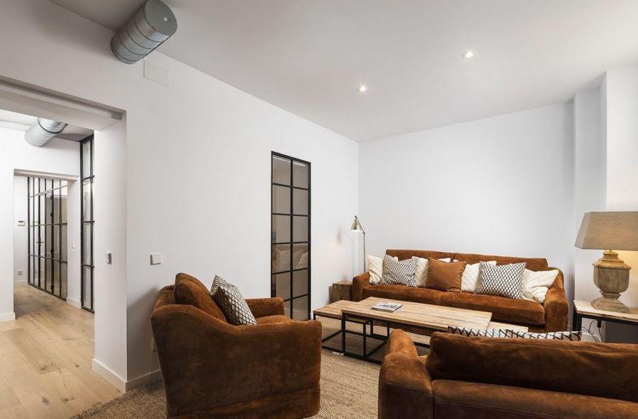 Salón con sofá y butacas tapizados