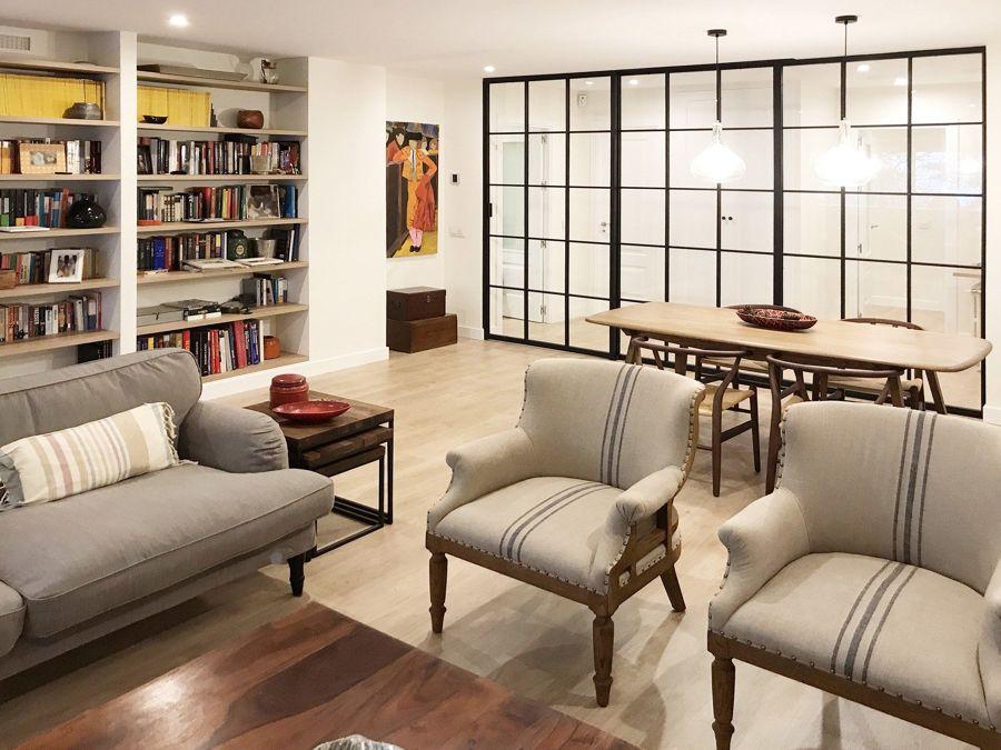 Salón con sofá y sillones clásicos