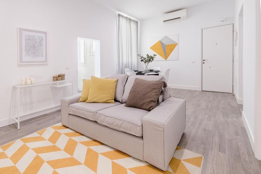 Salón con split de aire acondicionado