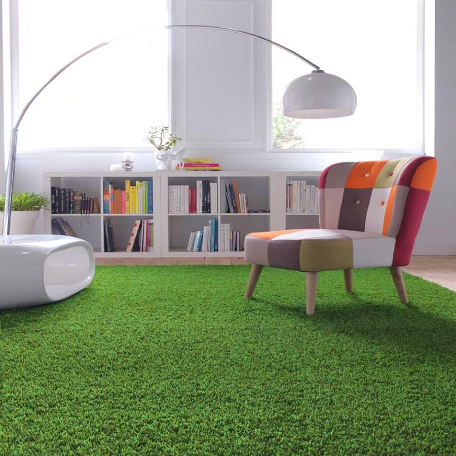 salón con suelo de césped artificial