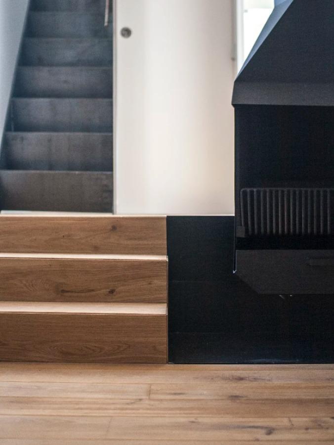 Salón con suelo de madera