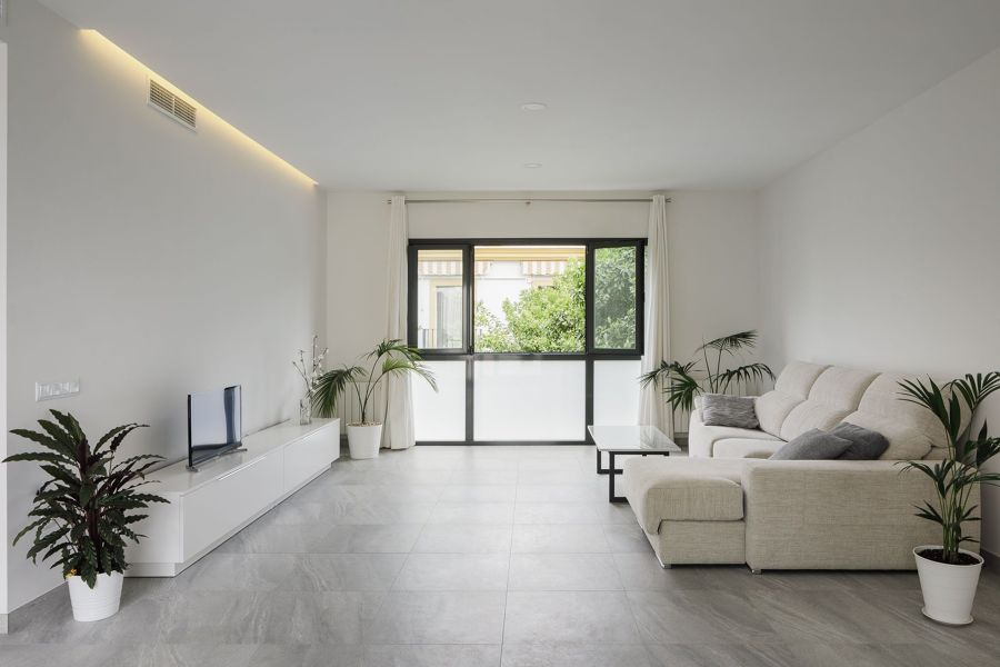 Salón con suelo de mármol