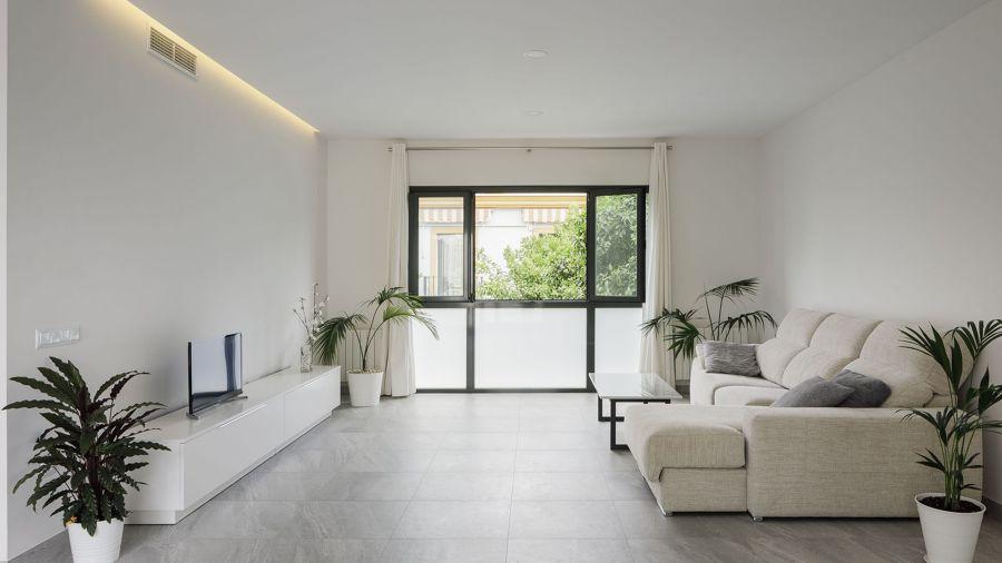 Salón con suelo de mármol gris