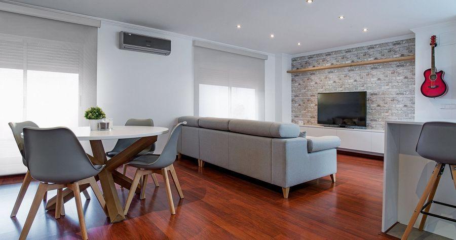 Salón con suelo de parquet y sistema de aire acondicionado por splits.