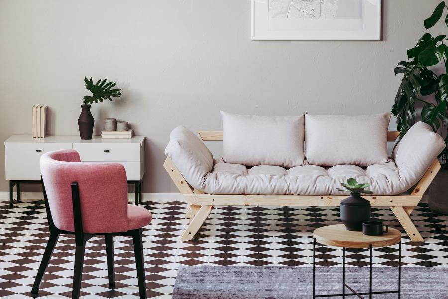 Salón con suelo porcelánico con motivos geométricos