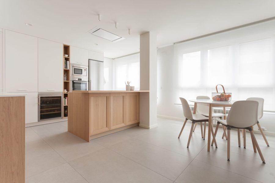 Salón con suelo porcelánico de gran formato.