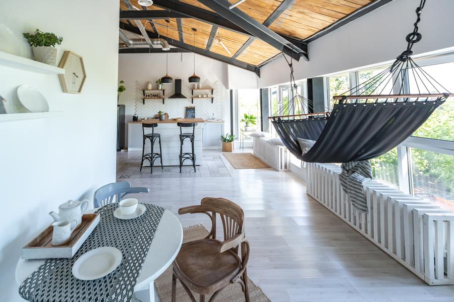 salón con techos abuhardillados y grandes ventanales