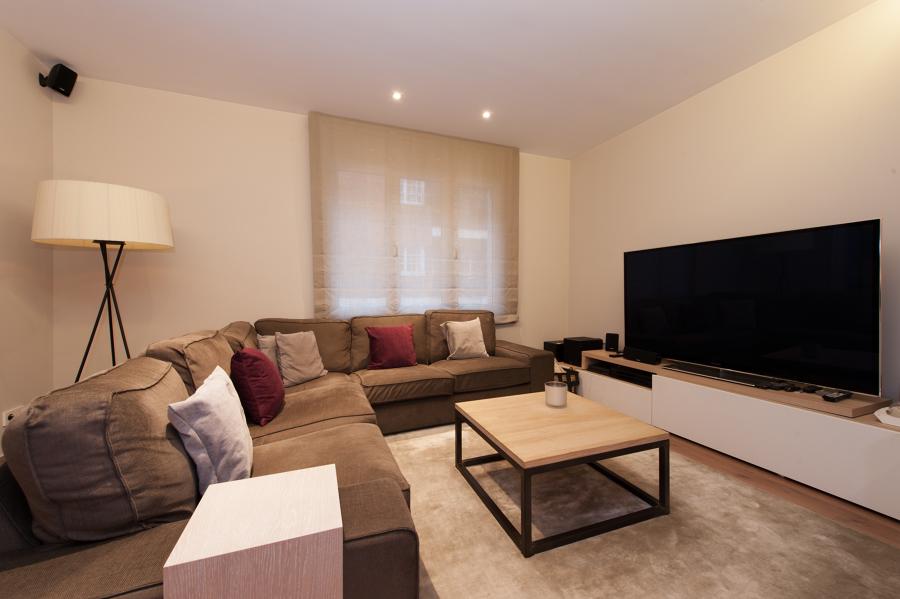 Salón con un gran sofá