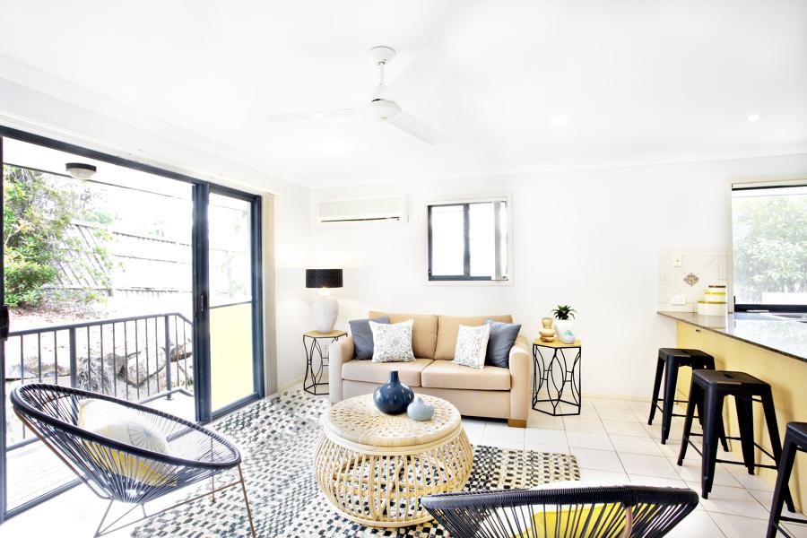salón con ventanales panorámicos y ventilador de techo