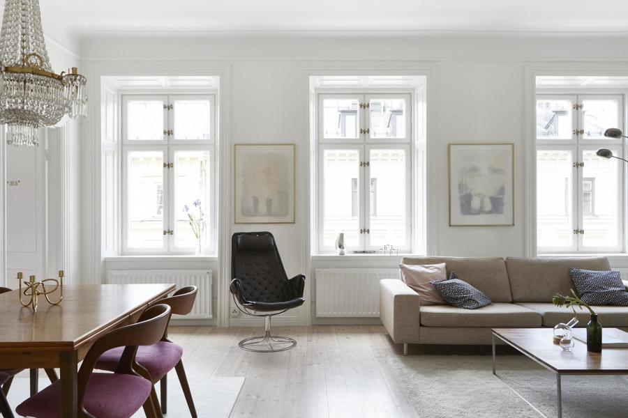 Foto sal n con ventanas de madera pintada y muebles for Muebles antiguos reciclados