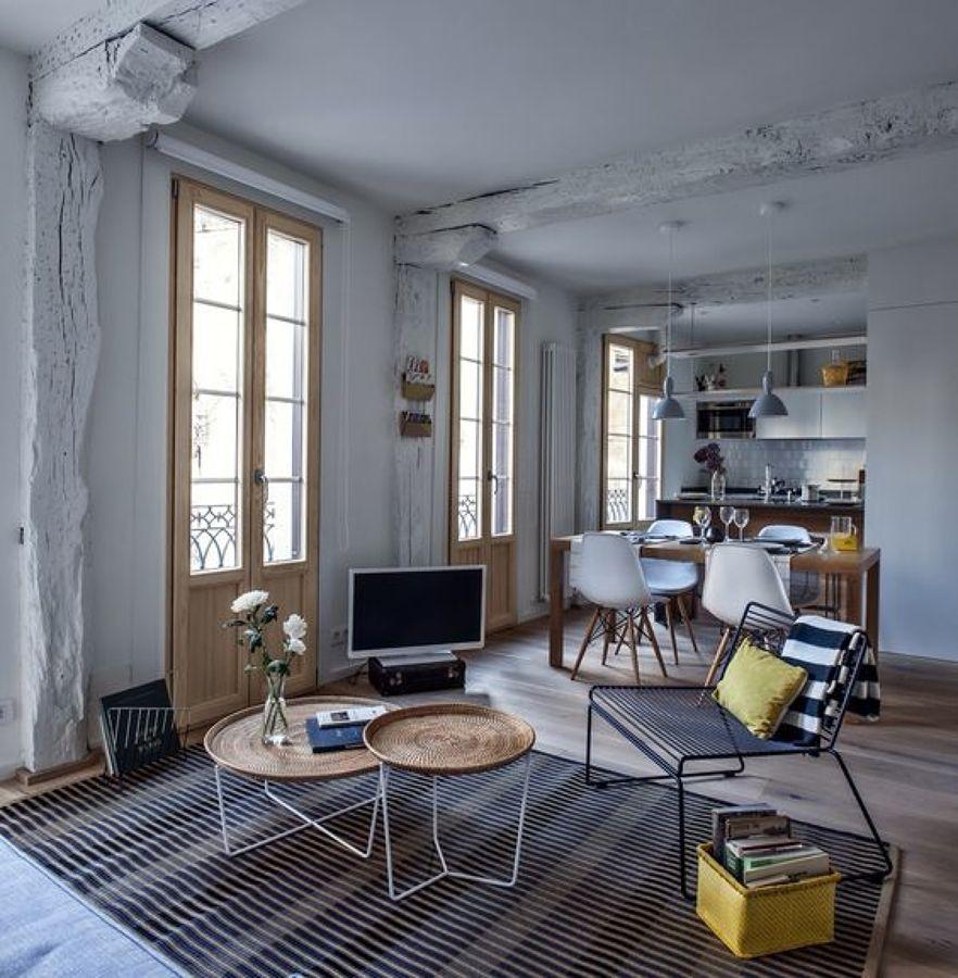 salón con vigas de madera recuperadas