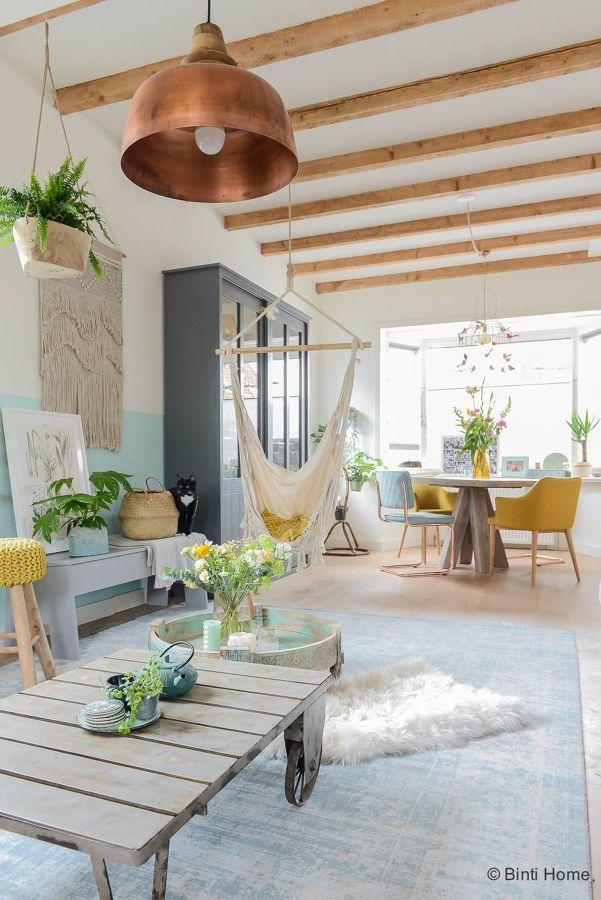 Salón con vigas de madera y hamaca