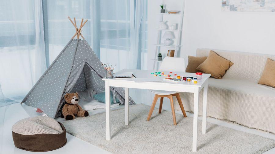Salón con zona para jugar para niños