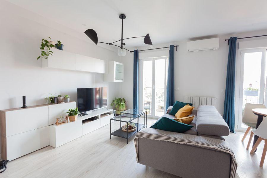 Salón cuadrado con split de aire acondicionado