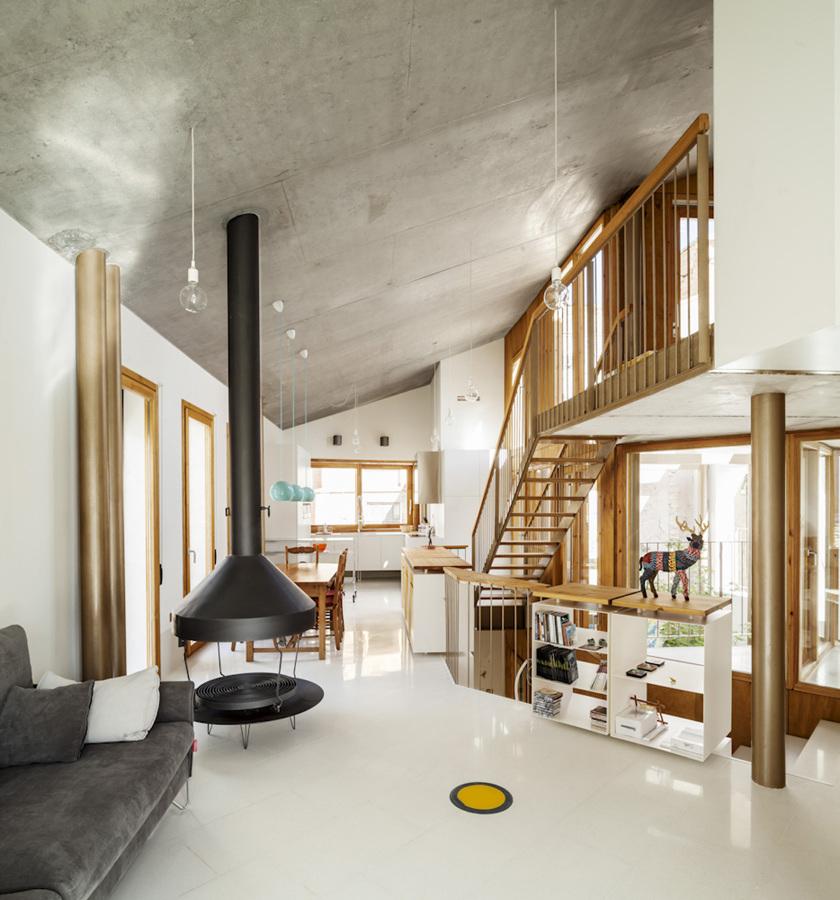 Un sorprendente casa donde interior y exterior se - Salon doble altura ...
