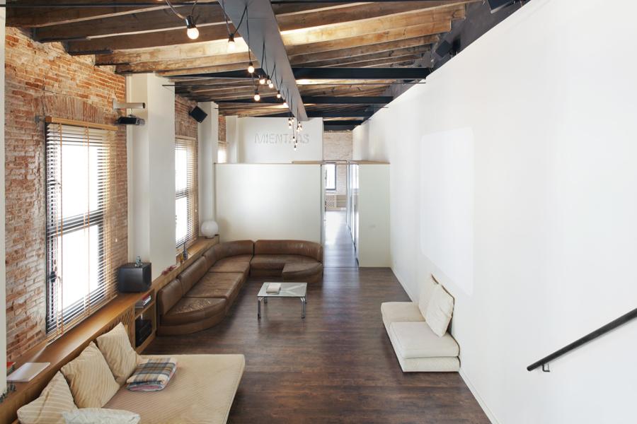 Salón de doble altura con vigas de madera