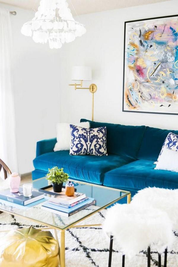Salón de estilo chic con muebles y luminarias dorados
