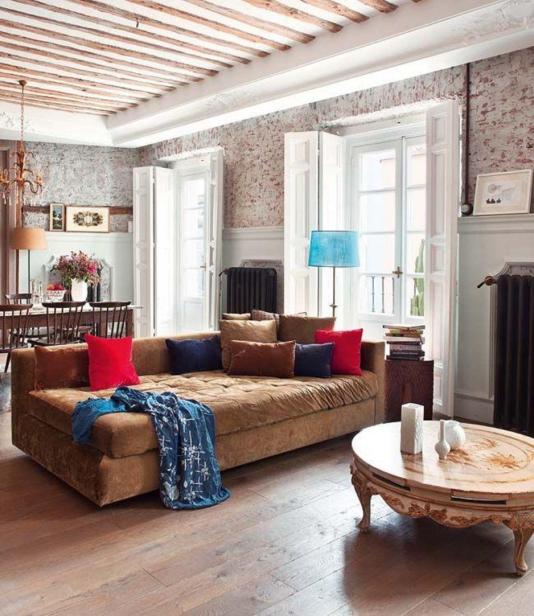 Salón de estilo clásico con gran sofá de color marrón