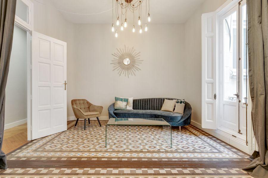 Salón de estilo clásico con mobiliario de diseño