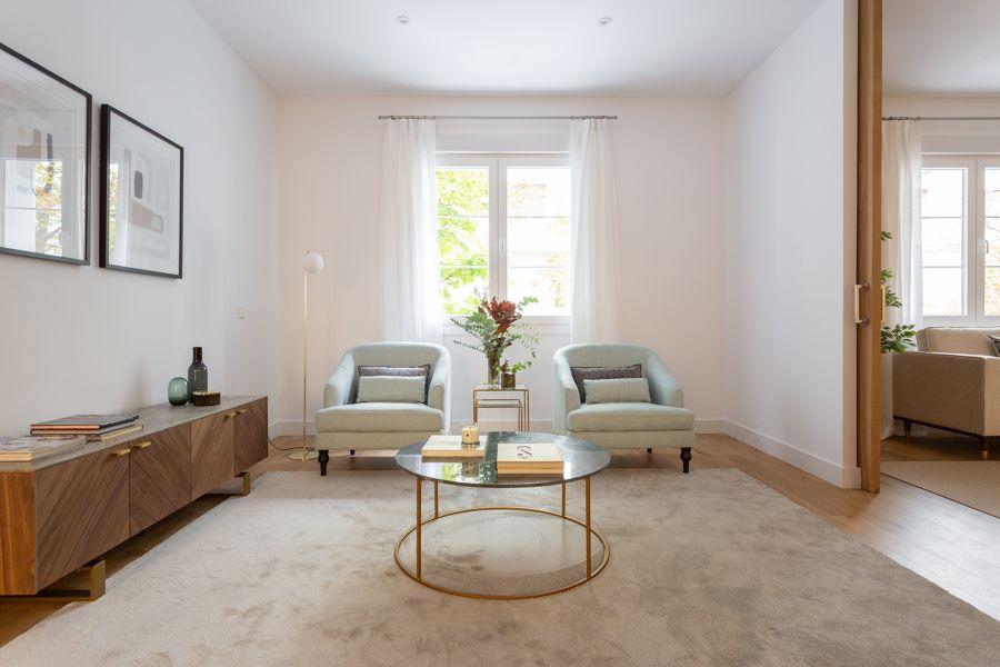 Salón de estilo clásico con mobiliario exclusivo