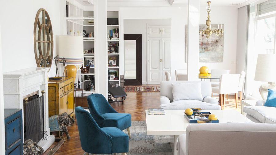 Salón de estilo clásico con puertas en blanco