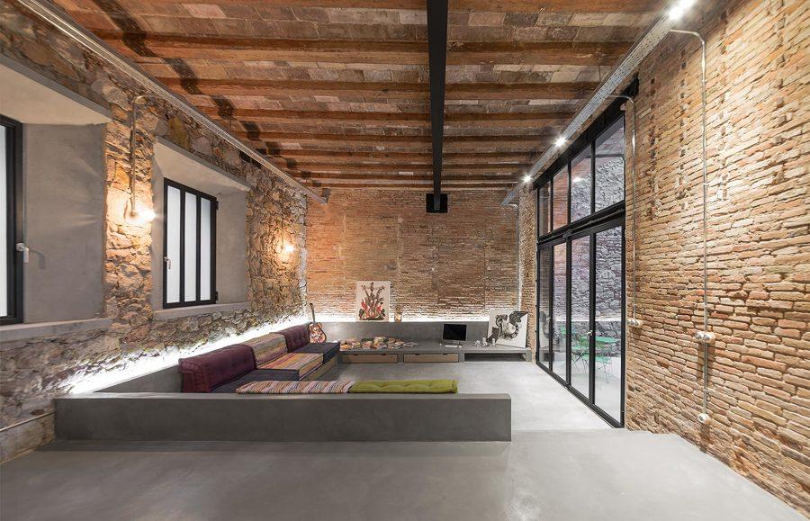 Salón de estilo industrial y suelo de microcemento