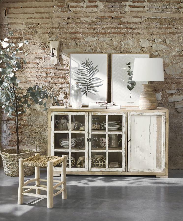 Salón de estilo mediterráneo con muebles de madera y piezas de fibras naturales.