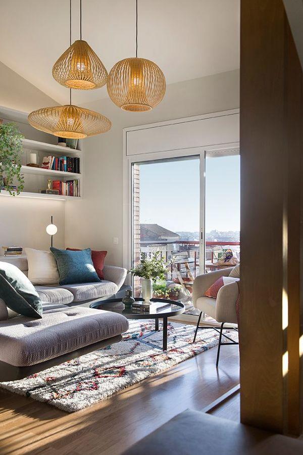 Salón de estilo mediterráneo y con lámparas colgantes