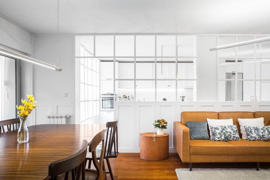 Salón de estilo minimalista con sofá marrón