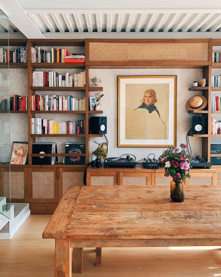 Salón de estilo retro con librería vintage