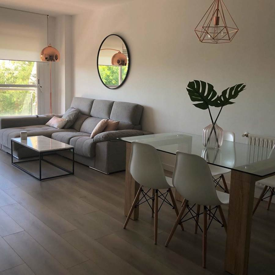 Salón decorado, agradable y relajante