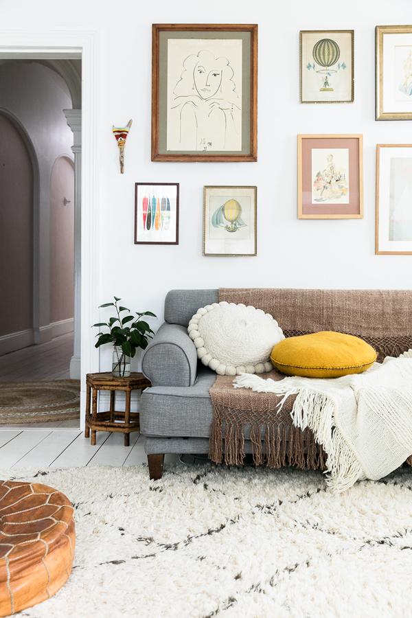 Salón decorado con cuadros