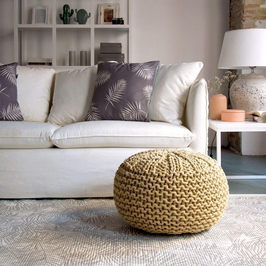 Salón decorado con sofá blanco y puf mostaza.