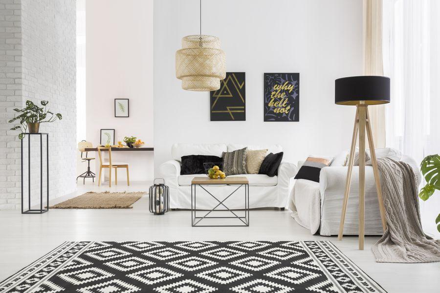 Salón decorado en blanco, negro y dorado