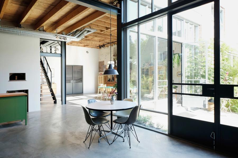 Salón diáfano de amplios ventanales y jardín