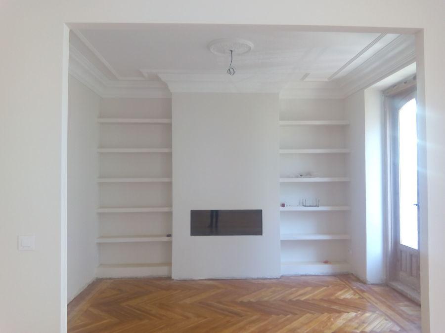 Salón. Diseño chimenea-librería.