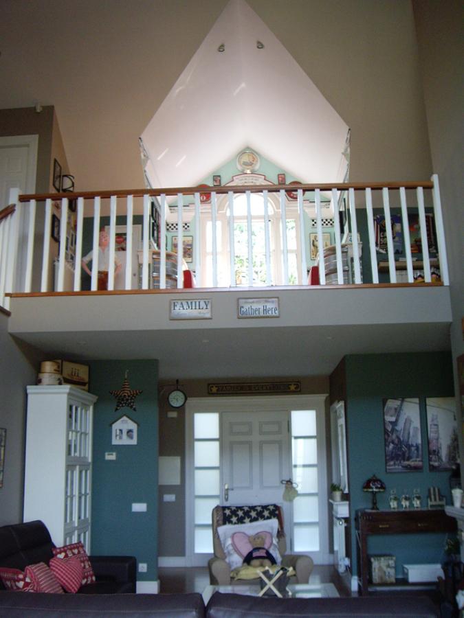 Foto salon doble nivel tipo catedral de carpenter house for Casas de madera estilo americano