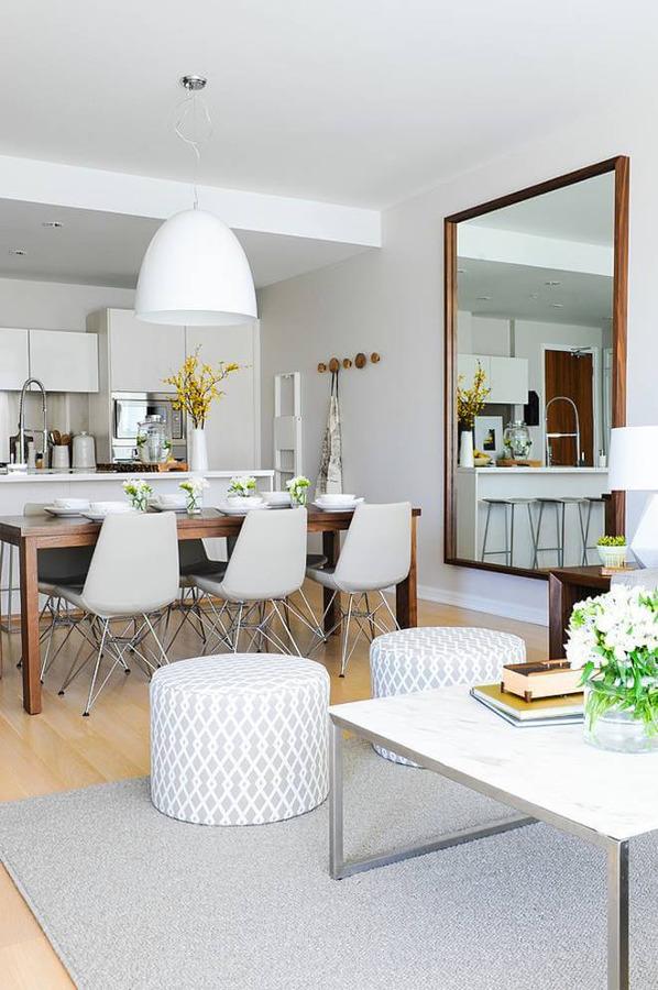 Salón en blanco, gris y madera