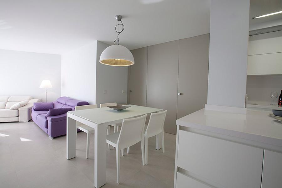 salón en blanco sofá lila