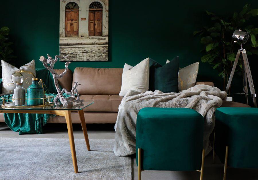 Salón en tonalidades verde y con alfombra beige