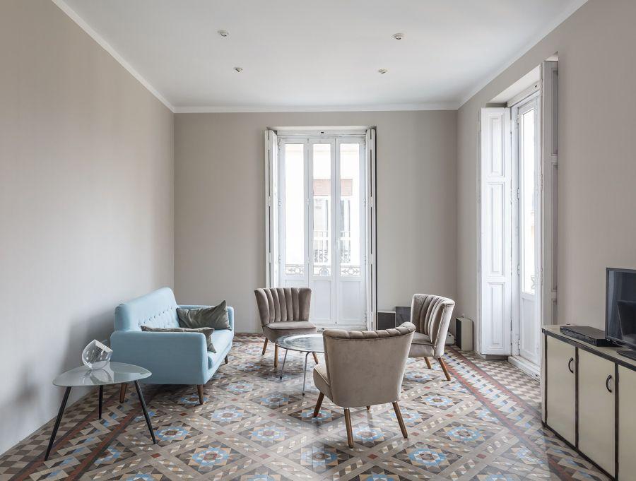 salón en tonos tiera con suelo de mosaico