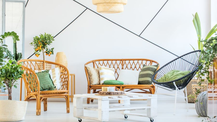 Salón estilo colonial con mobiliario de mimbre