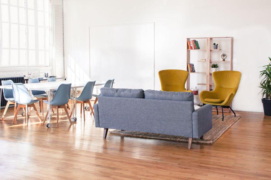Salón estilo funcional con mesa con ruedas