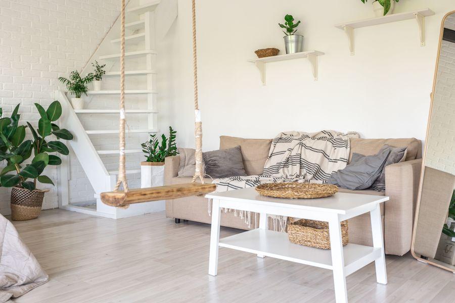 Salón estilo minimalista con columpio