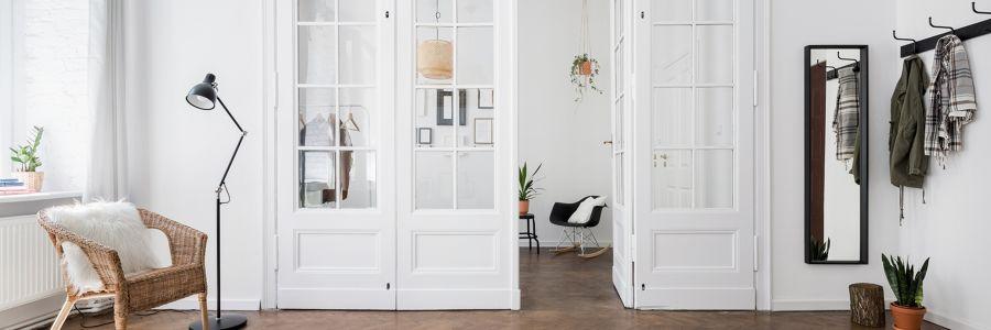 Salón estilo nórdico con puertas abatibles